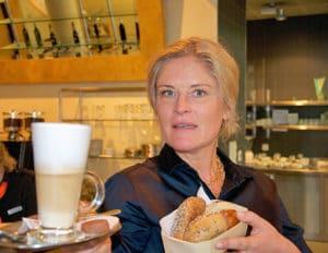 verkäuferin mit latte machiato und brötli