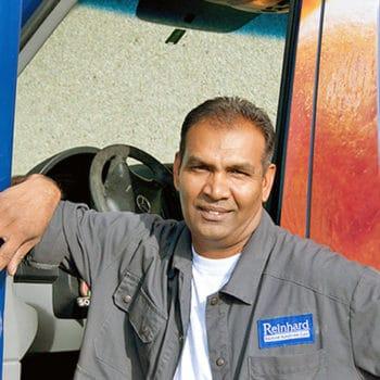 chauffeur der bäckrei reinhard mit lieferfahrzeug