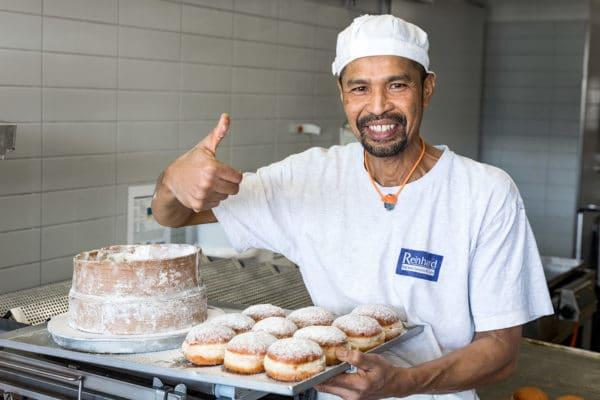 bäcker mit gefüllten berlinern