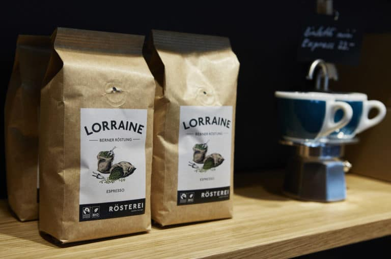 kaffee der röstung lorraine mit espressotassen