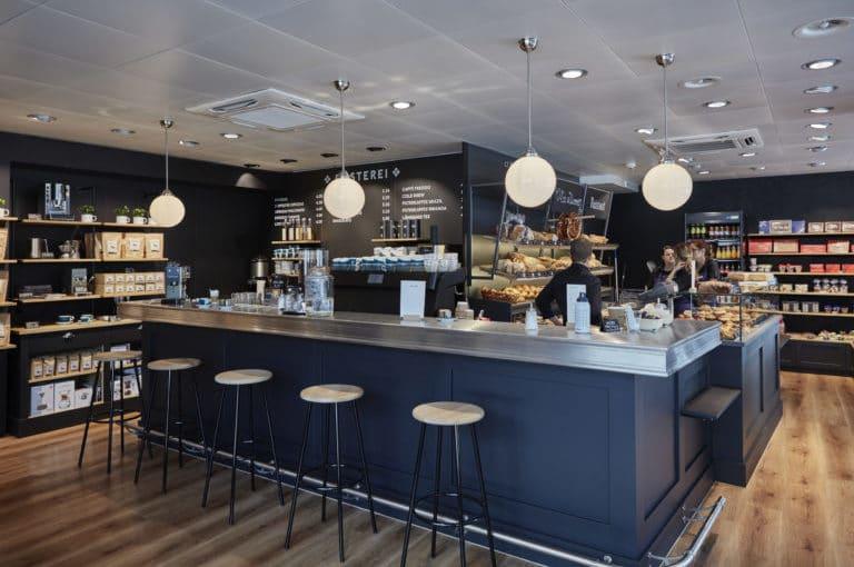 kaffeebar und brotregal in der bäckerei reinhard am bubenbergplatz