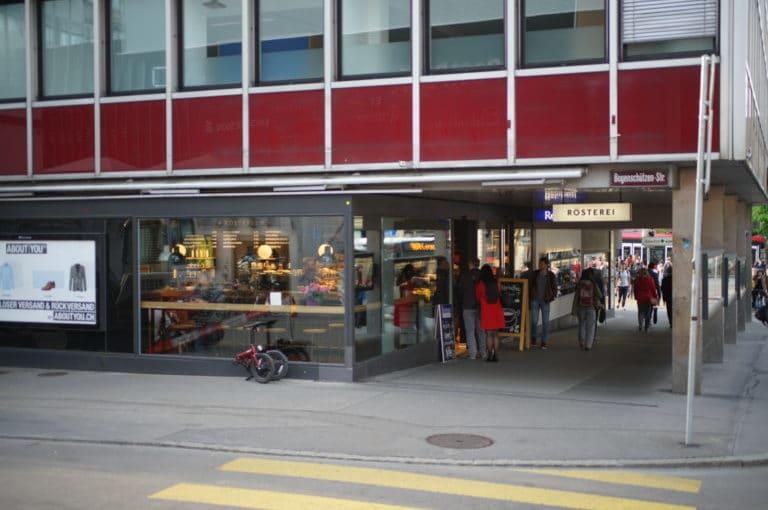 aussenansicht des standorts bubenbergplatz der bäckerei reinhard und rösterei